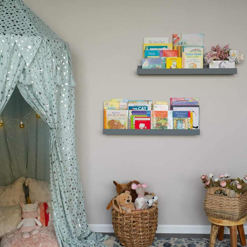 toddler bedroom organization ideas - wall-mounted book shelves